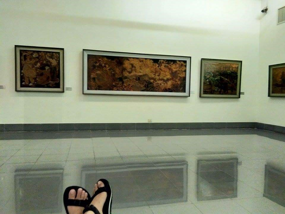 Me chilling with some Asian art | © Janine Dhuka/myTEFL